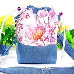 Handgefertigte Beuteltasche im Jeans mit farbenfrohem Blumenmuster kombiniert. #kasuwa #Tasche #Schultertasche #frühling2021 #handgenäht #Jeanstasche #Beuteltasche #Handtasche #Modeaccessoires #unterwegs #Fashion Drawstring Backpack, Pink, Backpacks, Bags, Fashion, Handbags, Hand Sewn, Floral Patterns, Color Blue