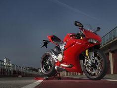 Com motor de maior capacidade, eletrônica mais moderna e a promessa de ser mais domável, a mais recente versão da Ducati 1299 Panigale acaba de desembarcar no Brasil. A superesportiva, montada em Manaus (AM), virá em duas versões: a 1299 Panigale ABS, com preço sugerido de R$ 79.900, e a mais sofisticada Panigale S cotada a R$ 89.900. Só há a cor vermelha como opção.