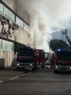 FIRENZE - Vasto incendio in ditta cinese a Osmannoro | FOTO - http://www.toscananews.net/home/firenze-vasto-incendio-ditta-cinese-osmannoro-foto/