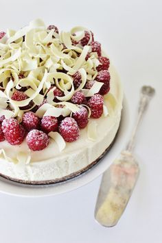 White chocolate mascarpone cake with raspberries Sweet Desserts, No Bake Desserts, Sweet Recipes, Delicious Desserts, Yummy Food, Slow Cooker Desserts, Baking Recipes, Cake Recipes, Dessert Recipes