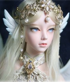 beautiful doll, her eyes and these little wings. *-*