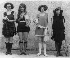 Que la gente se bañe en las playas ocurre desde que existimos. Pero ¿con qué atuendos lo hemos hecho? En el blog de Halconviajes.com repasamos la historia de una de las prendas que más ha evolucionado en la historia de la moda: el traje de baño femenino.