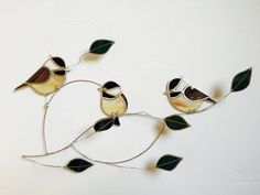 Beau marbré brun/gris, blanc, noir et beige opaque en verre font pour les oiseaux à la recherche très réalistes. Ce visiteur jardin écologique est un fan préféré parmi m'oiseaux sur une série de fil, conserves branches sont ornées de feuilles de verre transparent semi vert foncé et