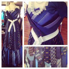Ulf Larsen var en tur i byen i går – og fant disse kjolene i vinduet til Fretex. Damene i butikken i Tønsberg hadde laget 2-3 kjoler selv – Hyggelig å se at et par Kiwanis-slips var lett synlige.
