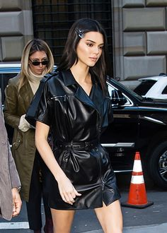 Stars Wearing Short Skirts In Cold Winter Weather — Pics Kendall Jenner takes on the cold at New York Fashion Week in a mini leather dress. She is captured entering the Longchamp Fall/Winter 2019 show at 28 Liberty Street, New York, NY. Kendall Jenner Outfits, Kendall Jenner Mode, Kris Jenner, New York Fashion, 2000s Fashion, Fashion Week, Fashion Outfits, Trendy Outfits, Teen Choice Awards