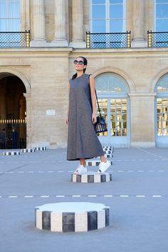 Look de street style com maxi vestido da marca Rochas e tênis Adidas modelo Super Star.