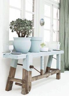 """おしゃれなお部屋作りに欠かせない""""植物""""。ナチュラルなウッドベンチに飾れば、植物の魅力もより引き立ちます。日光が降り注ぐ窓際には、ぜひ植物が並ぶ""""癒しスペース""""を作ってみませんか?ベンチはインテリアに合わせて、お気に入りの色でペイントしても素敵です。"""