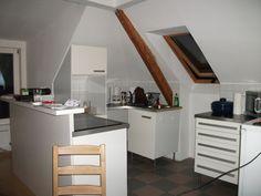 Wandplatten Küche | Holz Raumteiler Mit Tv Und Orange Wandplatten Als Symbole Des