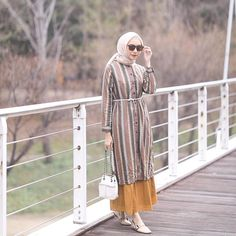 10 Kombinasi Warna Baju dan Kerudung untuk Hang Out Street Hijab Fashion, Muslim Fashion, Abaya Fashion, Modest Fashion, Fashion Dresses, Dresses Dresses, Long Dresses, Simple Long Dress, Simple Elegant Dresses