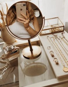 𝒇𝒊𝒍𝒍𝒆𝒅 𝒘𝒊𝒕𝒉 𝒍𝒊𝒈𝒉𝒕 ✨ / - тнιѕ ιѕ arт - Acessórios para Casa Classy Aesthetic, Beige Aesthetic, Aesthetic Bedroom, Aesthetic Beauty, Beauty Room, Beauty Desk, Bedroom Inspo, My Room, Room Inspiration