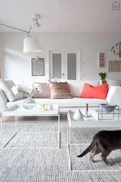 Beautiful living room with white tray tables from Hay and a grey bowl from by Lassen via Valkoinen Harmaja.
