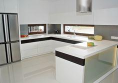 Studio Dekor Plus Bełchatów BIAŁA KUCHNIA - Nowoczesna biała stylistyka kuchni z zachowaniem elegancji. Więcej na  https://www.maxkuchnie.pl/galeria/kuchnia-otwarta/studio-dekor-plus-belchatow-biala-kuchnia-71,108.html