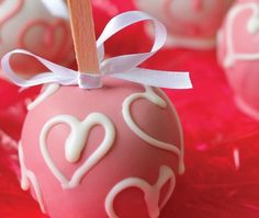 Ingredientes   1 maçã bem lavada  1 palito de picolé  corante para chocolate  400 gr de chocolate top branco   Modo de Fazer    Pique o ...