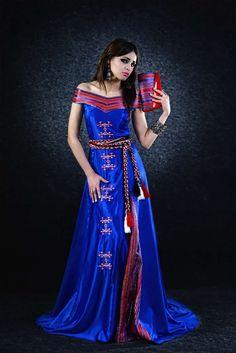 Robe kabyle moderne avec col bateau Folk Fashion, Womens Fashion, Beautiful Dreadlocks, Most Beautiful Dresses, Traditional Dresses, Bridal Dresses, Formal Dresses, How To Wear, Clothes
