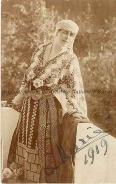 Queen Marie of Romania Victoria And Albert, Queen Victoria, Brasov Romania, Princess Alice, Folk Clothing, Vintage Couture, Ferdinand, Peasant Blouse, Photographs