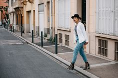 How to wear: Mom Jeans   labels: pull&bear (jeans), Kala Berlin (white blazer), sandals (vic matie)   style: basic, effortless, chic   fashion   location: perpignan