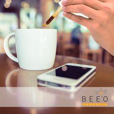 Yeni ay, yeni işler, toplantılar, raporlar derken enerjinizi yüksek tuttuğunuzu çok iyi biliyoruz. Çünkü çay veya kahvenize günde 3 defa eklediğiniz 3´er damla propolis özütü sizi gün boyu zinde tutuyor. Böylece kendinize ve sevdiklerinize ayıracak daha çok zamanınız oluyor.