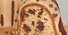 Chocolate chip peanut butter pound cake with peanut butter glaze - God's perfect food! Peanut Butter Chips, Peanut Butter Recipes, Chocolate Peanut Butter, Chocolate Chips, Chocolate Gold, Chocolate Recipes, Can Cats Eat Ham, Recipe Roost, Cupcake Cakes