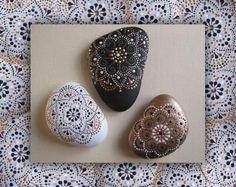 Роспись камней - одно из любимых моих занятий. Ведь работать с природным материалом сплошное удовольствие! А как интересно камушки собирать! Всегда на прогулку беру с собой пакетик, куда можно положить 'добычу'. Мне нравятся камушки гладкие, кругленькие. Поднимешь такой кругляшик и думаешь: 'А почему он такой формы? А как попал сюда? А сколько ему лет?' и т.д.