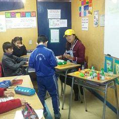 A través del juego los alumnos de cuarto básico aprenden sobre el sistema monetario, junto a la profesora Marisol Espinoza.