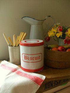 Vintage biscuit tin from Lavender House Vintage #home#kitchen#vintage#decor#interiors