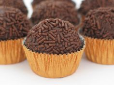 Brigadeiro (Brazilian chocolate truffles) is one of my favorite treats. You can make them big or small, roll them in chocolate sprinkles, nuts, or sugar. Instead of bringing cupcakes to you Chocolate Brigadeiro Recipe, Chocolate Truffles, Chocolate Fudge, Chocolate Sprinkles, Chocolate Sweets, Banana Com Chocolate, Chocolate Powder, Brazilian Dishes, Brazilian Dessert