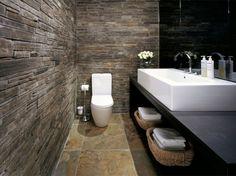 Interieurideeën | fantastisch toilet, contrast ruwe muur, glad keramiek. Door 4ever