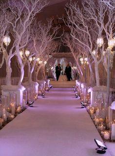 Hermosa decoración tipo bosque para la ceremonia.