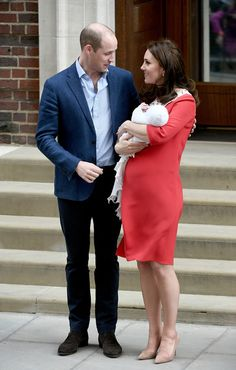 Kate Middleton Photos - Catherine, Duchess of Cambridge and Prince William, Duke of Cambridge, depart the Lindo Wing with their newborn son at St Mary's Hospital on April 23, 2018 in London, England. The Duchess safely delivered a boy at 11:01 am, weighing 8lbs 7oz, who will be fifth in line to the throne. - The Duke & Duchess Of Cambridge Depart The Lindo Wing With Their New Son