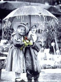 Enfants sous la pluie en noir et blanc et fleur  en colorée