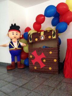 Cofre de regalos y piñata de jake y los piratas de nunca jamás