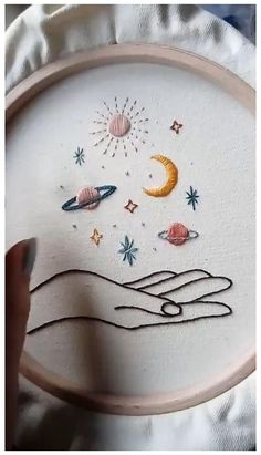 Diy Embroidery Patterns, Basic Embroidery Stitches, Hand Embroidery Videos, Flower Embroidery Designs, Hand Embroidery Stitches, Embroidery Hoop Art, Creative Embroidery, Modern Embroidery, Vintage Embroidery