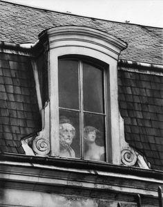 La gloire ne dure qu'un temps.  Ensuite, c'est la mise au placard ou au grenier comme ici.  onlyoldphotography:    André Kertész: A Window on the Quai Voltaire, Paris, 1928