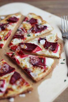Herbtsliche Knaller-Kombi: Flammkuchen mit rote Betem Ziegenkäse, Honig und Rosmarin. Gefunden auf: http://eatbakelove.de/blog/?
