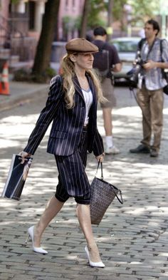 Carrie Bradshaw Carring A Fendi Bag And Wearing A Flat Cap, Season 4