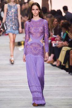 Alors que quelques designers résistent à entrer dans les températures de saison, Roberto Cavalli a bien compris qu'en été, on aime s'habiller léger. http://www.elle.fr/Mode/Les-defiles-de-mode/Pret-a-Porter-Printemps-Ete-2015/Femme/Milan/Roberto-Cavalli/Fashion-Week-l-ete-paillete-de-Roberto-Cavalli-2802622