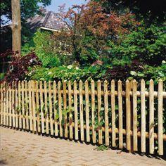 Une barrière en bois : l'atout charm  Si vous souhaitez seulement délimiter votre propriété vous pouvez miser sur une simple barrière en bois de faible hauteur. Elle laisse alors toute la vue sur la campagne environnante et offre beaucoup de charme à votre jardin. Elle se pose au sol ou sur muret. … Pose, Home Deco, Front Porch, Outdoor Structures, Yard Ideas, Dimensions, Sports, Cat Garden, Garten