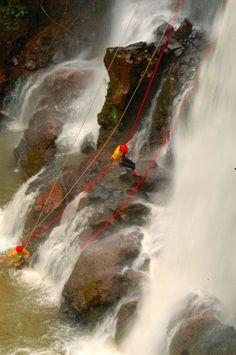 Canyoning na cachoeira do Astor: 25 metros de aventura em Brotas, São Paulo, Brasil