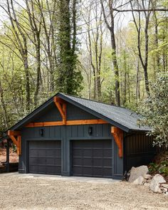 Front Yard From DIY Network Ultimate Retreat 2018 - - This modern, mountain retreat combines quality Craftsman style timber framing and soothing natural colors to blend into the surrounding forest. The calm design invites relaxation in every detail. Garage Exterior, House Paint Exterior, Exterior House Colors, Exterior Design, Black House Exterior, Rustic Exterior, Construction Garage, Carport Modern, Modern Garage