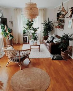 Beautiful Ways To Decorate Indoor Plant in Living Room Apartment Living Room Beautiful Decorate indoor living plant room Ways Cozy Apartment Decor, Apartment Living, Decorate Apartment, Boho Living Room, Living Room Decor, Living Room With Plants, Living Room Ideas Leather Couch, Leather Couch Decorating, Dining Room