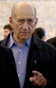 Ex-premier Ehud Olmert é condenado a 18 meses (foto: EPA)