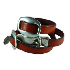 Pulsera de cuero plano color rojo, con dos calabrotes grandes planos en los lados y con cierre de hebilla pequeño. Longitud: 55 cm. Precio €18.90