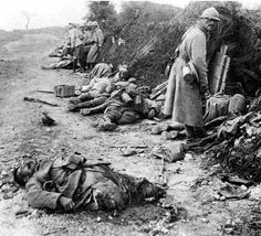 WWI 'The Battle of Verdun'. French soldier numb to the sight of death. World War One, First World, Photo 3d, Historia Universal, Military History, World History, Warfare, Old Photos, Wwii