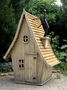 """Sortie tout droit de l'univers de Tim Burton dans """" Alice au pays des merveille s"""", cette charmante petite cabane nous transporte d'un coup de baguette magique dans le monde fantastique des contes d'Andersen et des formes architecturales et mythologiques,..."""
