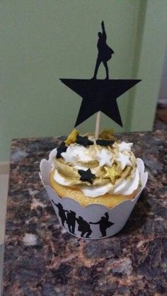 6 year old . Hamilton Broadway, Hamilton Musical, Alexander Hamilton Birthday, Hamilton Cakes, Broadway Party, Party Food Platters, Cupcake Cakes, Cupcakes, Sweet 16