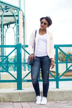 outfit with blazer distressed jeans and sneakers 5