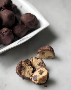 The Best (Vegan) Cookie Dough Bites Ever! Better with extra sugar just to give it that cookie dough esque texture Vegan Treats, Vegan Foods, Vegan Dishes, Vegan Desserts, Delicious Desserts, Vegan Recipes, Dessert Recipes, Yummy Food, Fruit Recipes