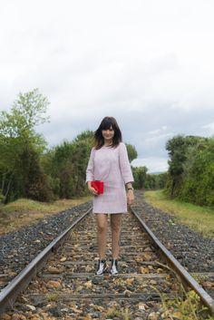 Look da Danielle Noce com vestido de manga comprida rosa, bota prateada e bolsa vermelha