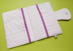 Capa para caderneta de vacinação tamanho A5 (15 x 21cm fechada), feita em tecido 100% algodão e estruturada com manta acrílica. <br> <br>Possui bolso externo com zíper, fechamento com aba e botão de pressão e 3 bolsos internos. <br> <br>Personalizado com nome do bebê bordado em moldura de feltro. <br> <br>Pode ser feito por encomenda em outras estampas. Entre em contato e solicite um orçamento.