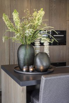 Tray Decor, Decoration Table, Vases Decor, First Apartment Decorating, Interior Decorating, Contemporary Vases, Home Modern, Elegant Living Room, Wooden Decor